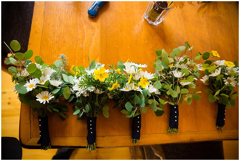 white and yellow bridesmaid bouquets