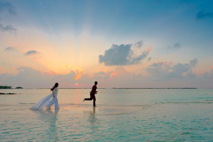 destination wedding money saving tips