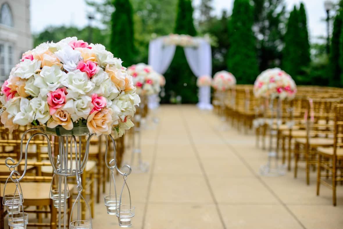 How to Save Money On Popular Wedding Themes - Glamorous Weddings